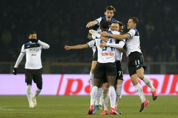 Atalantan pelaajat eivät saisi enää hyppiä tällaiseen kasaan.