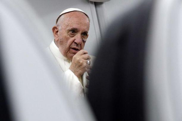"""Paavi sanoo ilmastonmuutoksen olevan totta. """"Jos emme toimi nyt, me tuhoudumme"""", hän totesi."""
