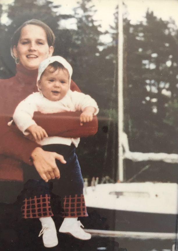 Janinan syntyessä hänen äitinsä oli vain 20-vuotias. Yloppilaslakinkin hän sai jo äidiksi tultuaan. Kuvassa Janina on ehkä vuoden ikäinen.