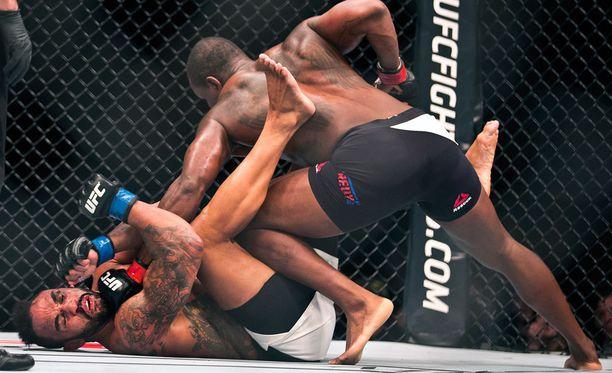 Rafael Cavalcante otti iskuja vastaan Ovince Saint Preuxilta UFC-organisaation ottelussa 7. helmikuuta.