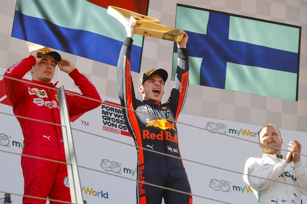 F1-kausi sai uuden voittajan. Max Verstappen (keskellä) juhli voittoa, Charles Leclerc (vasemmalla) oli toinen ja Valtteri Bottas kolmas.