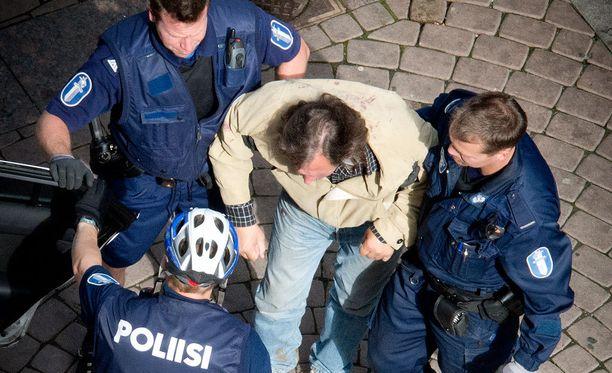 Pienemmällä poliisimäärällä voisi pärjätä, jos alkoholia ei olisi, ylikomisario arvioi.