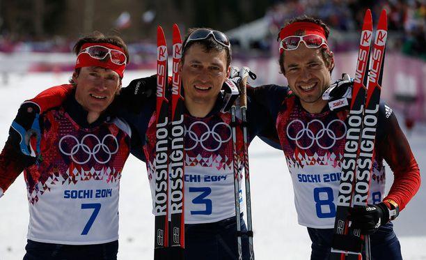 Miesten 50 kilometriä oli Sotshissa Venäjän juhlaa: Aleksandr Legkov (3) voitti kultaa, Maksim Vylegzhanin (7) hopeaa ja Ilja Tshernousov (8) pronssia. Nyt Legkov ja Vylegzhanin on hylätty, ja maajoukkuevalmentaja syyttää Tshernousovia myyräksi.