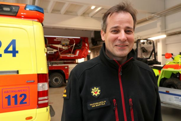 Jari Marttila toivoo kotien ja yritysten omavalvonnan tiivistämistä, jotta hälytysajoneuvoille tulisi mahdollisimman vähän hätälähtöjä.