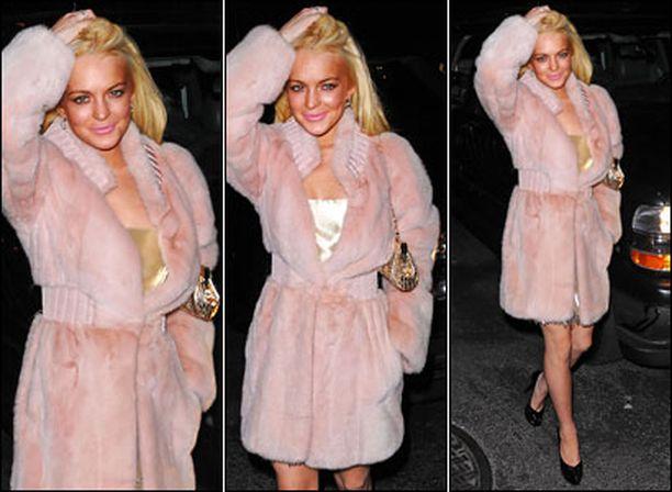 Vaaleanpunainen pantteri Lindsay Lohan New Yorkin yössä.