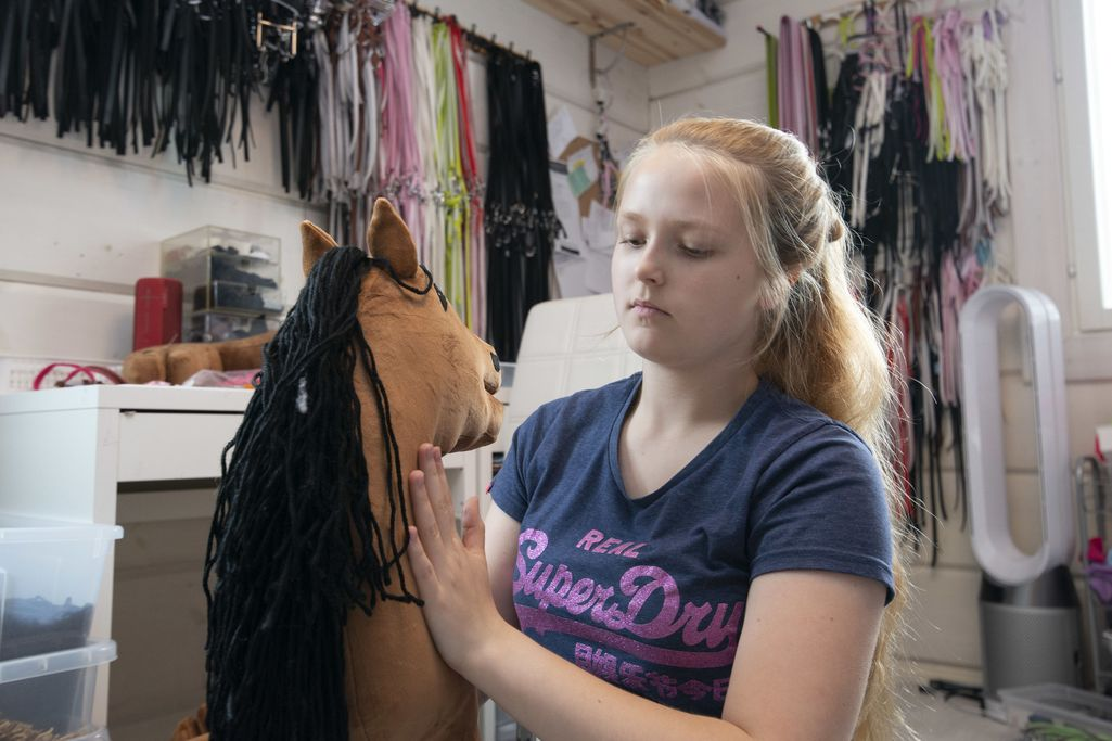 Julia Aarrekivi käy peruskoulun viimeistä luokkaa ja omistaa samalla hänen tekemillään keppihevosilla maailmallakin menestyvää Taikakeppari Oy:tä.