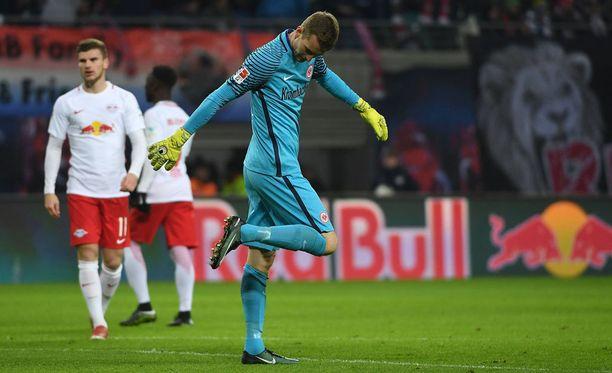 Frankfurtin Lukas Hradeckyn jalka petti. Siitä seurasi ulosajo.
