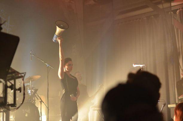 Laibach esiintyi viikko sitten Helsingissä. Kuvassa Mina Spiler.