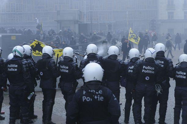 Mielenosoittajat vastustivat YK:n siirtolaissopimusta.