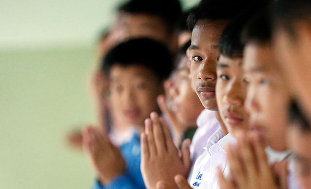 Thaimaassa Mae Sai Prasitsart koulun oppilaat rukoilivat luokkatoveriensa puolesta.