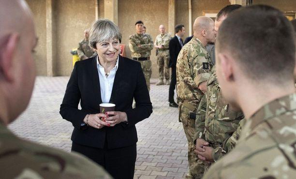 Theresa May tapasi brittisotilaita Irakissa keskiviikkona.