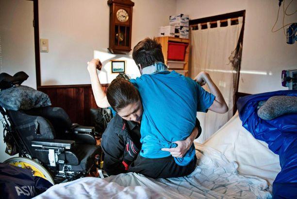 Anneli Mäkinen, 49, on omaishoitaja vaikeastivammaiselle pojalleen Markolle, 20. Anneli hoitaa poikaansa vuorokauden ympäri. Yöunet ovat olleet jo toistakymmentä vuotta repaleisia. Joka yö useita kertoja vuoden ympäri Anneli herää tarkastamaan Markon voinnin ja vaihtamaan hänen asentoaan. Anneli on oppinut elämään vähillä yöunilla, eikä siitä valita. Työ on henkisesti ja fyysisesti raskasta, mutta kun hän näkee, että Markolla on hyvä olla, se auttaa jaksamaan.
