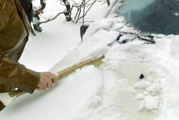 Pehmeä lumiharja olisi paikallaan, kun autoa puhdistetaan. Varo koputtelua.