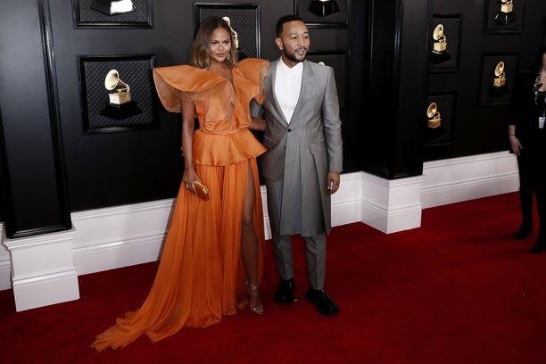 Chrissy Teigen ja John Legend Grammy-gaalan punaisella matolla viime tammikuussa.
