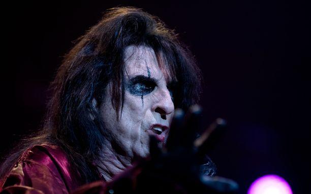 Alice Cooperin esiintymismeikki on raju. Silmät hän meikkaa pelkkää mustaa käyttäen. Esiintymismeikki on pysynyt samana pitkään.