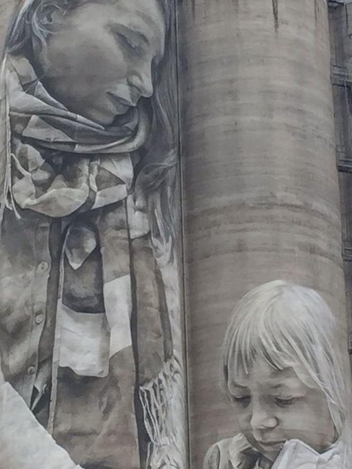 Kantolan muraalissa on kuvattuna nainen ja lapsi.