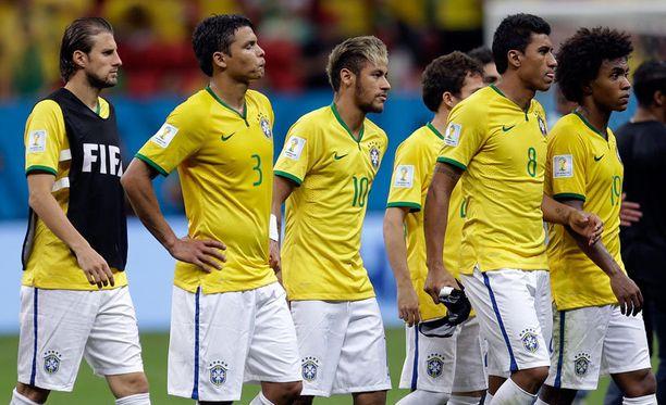 Brasilian pelaajat kiittivät yleisöä. Neymarin kasvoilta paistoi pettymys.
