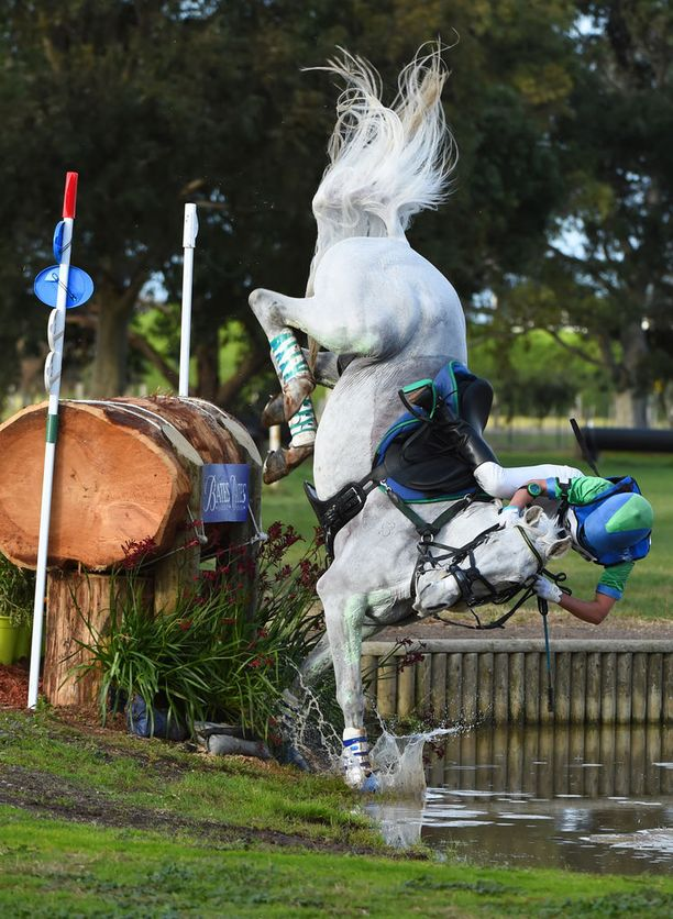 Tarryn Proctor koki kauhunhetkiä hevosensa selässä Melbournessa.