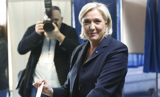 Äärioikeiston ehdokas Marine Le Pen olisi selviämässä presidentinvaalien toiselle kierrokselle.