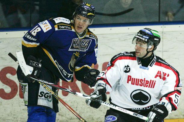 Bluesin avausmaalin tehnyt Erkki Rajamäki taisteli kiekosta Ässien alivoimamaalin tehneen Pasi Saarelan kanssa.