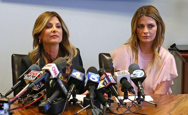 Mischa Barton saapui keskiviikkona julkisuuteen asianajajansa Lisa Bloomin kanssa.