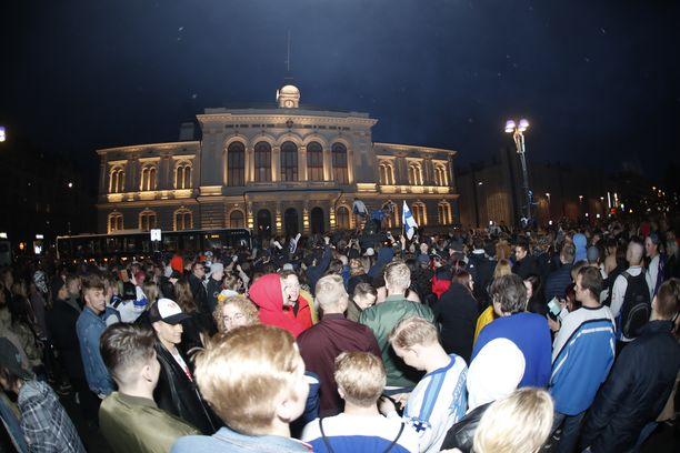 Torilla! Voitonjuhlat ovat täydessä käynnissä ympäri Suomen. Helsingin keskusta ruuhkautuu juhlakansan liikkuessa pahoin.