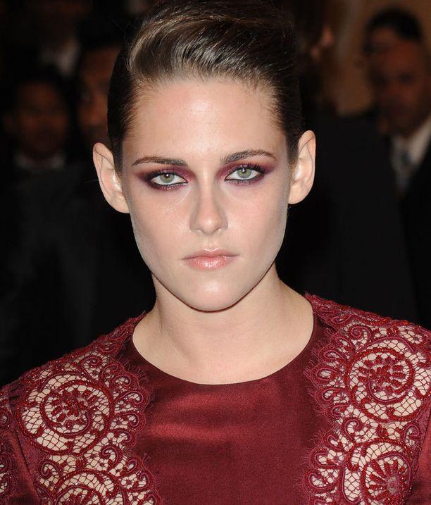 Kristen Stewart kampasi hiuksensa geelillä Hollywood-gaalaan.