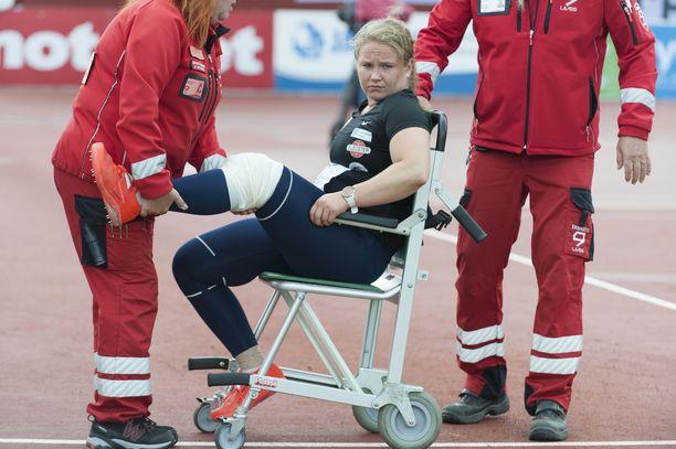 Laura Pesola loukkasi vasemman jalkansa Kuortaneen juhannuskisoissa.