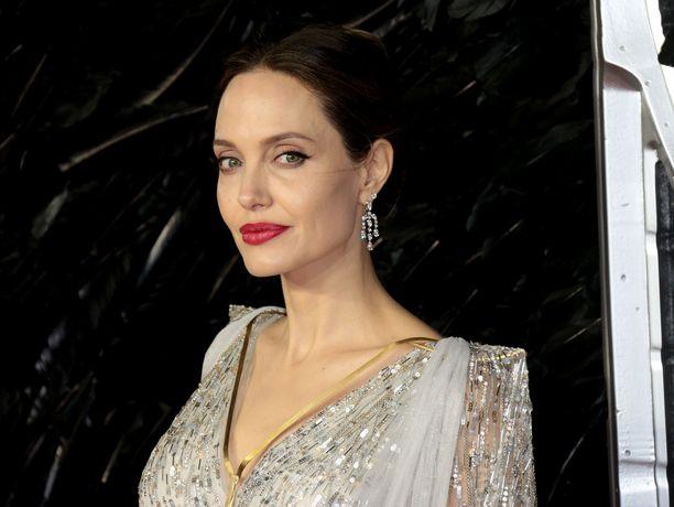 Angelina Jolie on tunnettu Hollywood-näyttelijä.