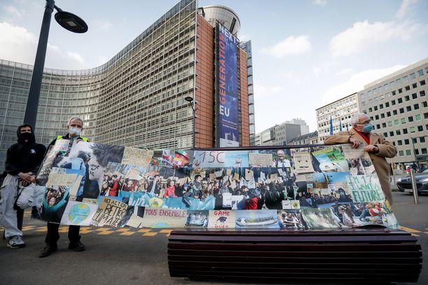 Ilmastomielenosoittajia EU-parlamentin edustalla.