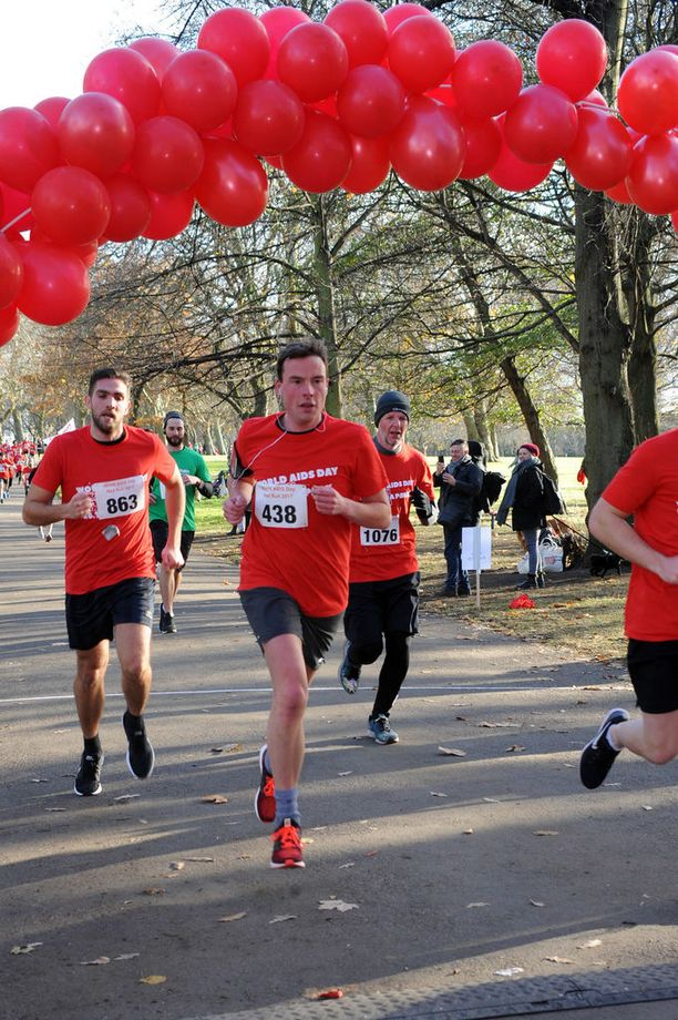 Ihmiset osallistuivat sunnuntaina Red Runiin Lontoossa kerätäkseen rahaa hiv-hyväntekeväisyysjärjestöille.
