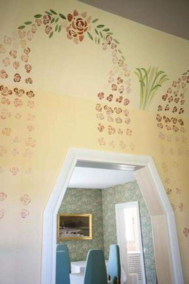 Jugendhenkeen sopivat koristemaalaukset on tehnyt koristemaalari Ritva Määttänen.