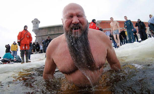 Pappi on siunannut veden, johon kastaudutaan. Tässä pulahdus tapahtuu Neva-joessa Pietarissa.