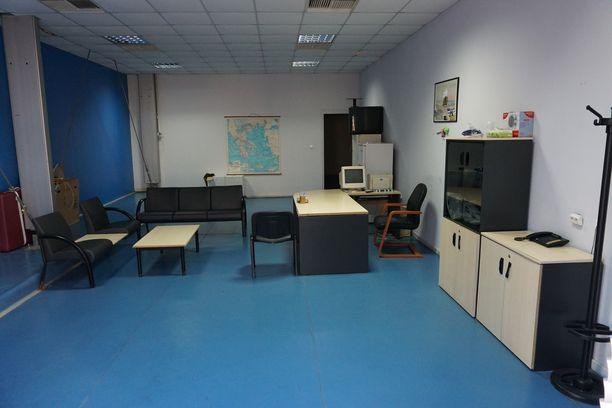 Aika on pysähtynyt Ellinikó-urheilukeskuksen miekkailuhallin toimistossa.