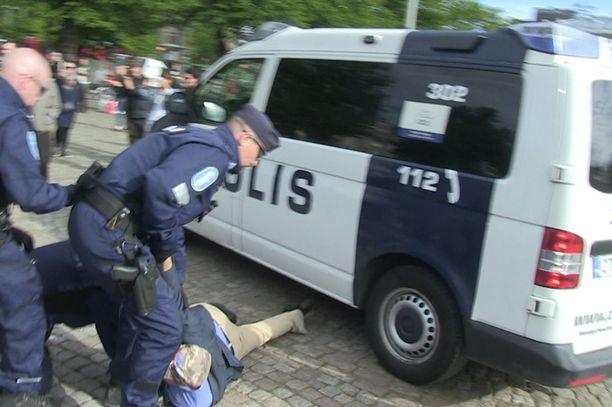 Poliisi joutui keskeyttämään mielenilmauksia Helsingin Rautatientorilla kesällä 2017. Tilanteissa jouduttiin turvautumaan myös voimakeinoihin.