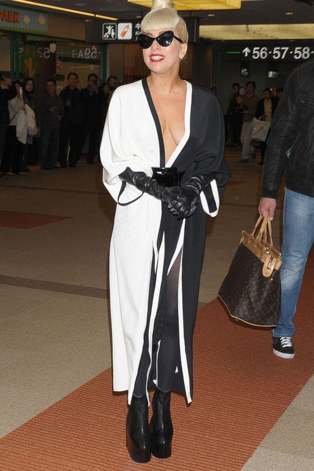 Lady Gaga jaksoi poseerata valokuvaajille.