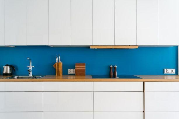 Helppo tapa tuoda väriä keittiöön on maalata välitila. Kaapit voivat tällöin olla reilusti vaaleat ja eleettömät eikä keittiö silti näytä persoonattomalta.