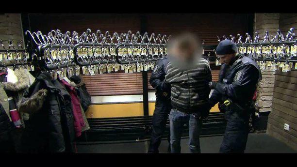 Loviisassa tapahtuneesta 42-vuotiaan naisen murhasta epäilty 27-vuotias mies nähtiin MTV3:n 112-ohjelmassa. Poliisipartio haki miehen ravintolasta, jossa hän oli napannut viinapullon baaritiskin takaa.