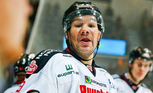Kovanaama Josh Gratton puolustaa Ässien värejä Oulussa.