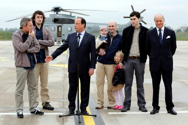 Ranskan presidentti Francois Hollande oli vastassa Isisin ex-panttivankeja Pariisissa huhtikuussa. Nicolas Henin on kolmas oikealta.