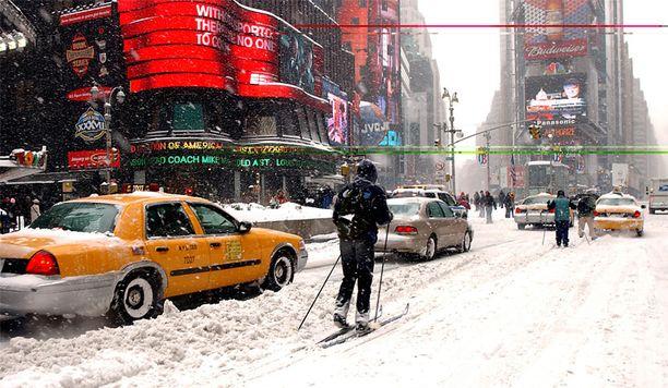 Kovat lumimyräkät ovat New Yorkissa harvinaisia, mutta eivät tavattomia. Kuvassa hiihtäjiä Manhattanilla vuonna 2003.