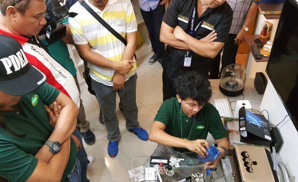 Filippiininien huumepoliisit tutkivat takavarikoituja tavaroita.