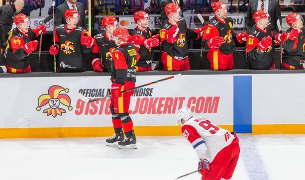 Jokerien Tommi Kivistö juhlii 2–2-maaliaan.