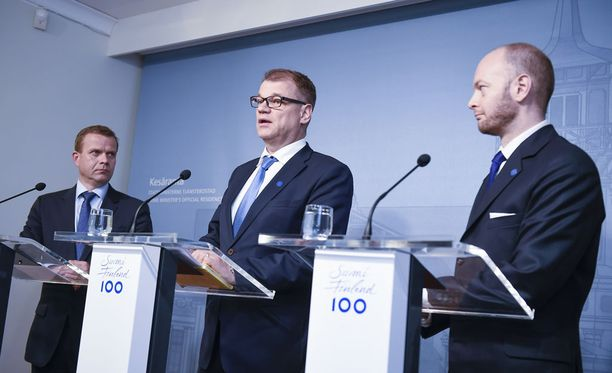 Petteri Orpo (vas.), Juha Sipilä ja Sampo Terho (oik.) yrittävät pitää sote-pakettia kasassa.