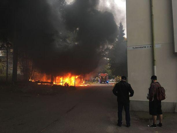 Joonas Kurppa kuvasi tulipalon Helsingin Myllypurossa.