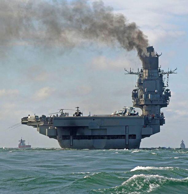 Venäjän lentotukialus Admiral Kuznetsov eteni perjantaina Englannin kanaalilla.