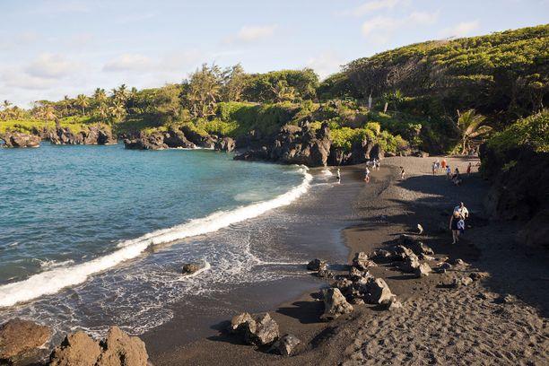 Wai'anapanapa, Havaiji: Luonnonpuistossa sijaitseva musta ranta ei suinkaan ole ainoa puiston täky. Siellä voi myös tutkailla luolia, muinaisia temppeleitä sekä erikoisia laavamuodostumia.