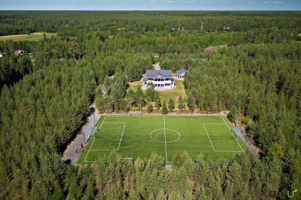 Tilusten erikoisuus on tekonurmella varustettu jalkapallokenttä, jonka talossa asunut perhe rakennutti.