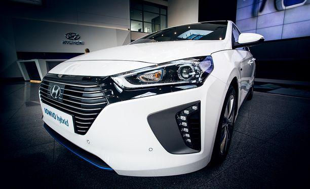 Hyundai IONIQin hinta on 6991 euroa markkinajohtaja Toyota Priusta edullisempi.