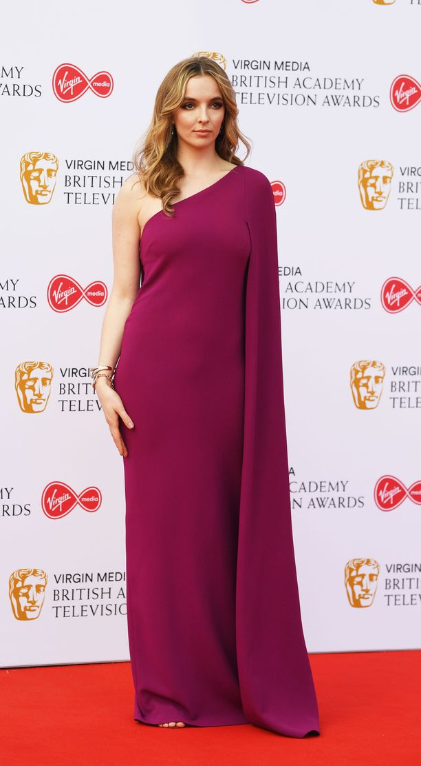 Jodie Comerin magentan sävyinen yksiolkaiminen mekko oli veistosmainen.